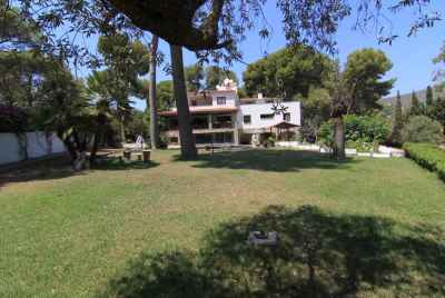 Beautiful villa with a swimming pool in a picturesque area of Costa Garraf
